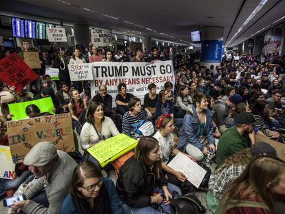 Protesto no aeroporto de San Francisco ao qual se uniu Sergey Brin, cofundador do Google.