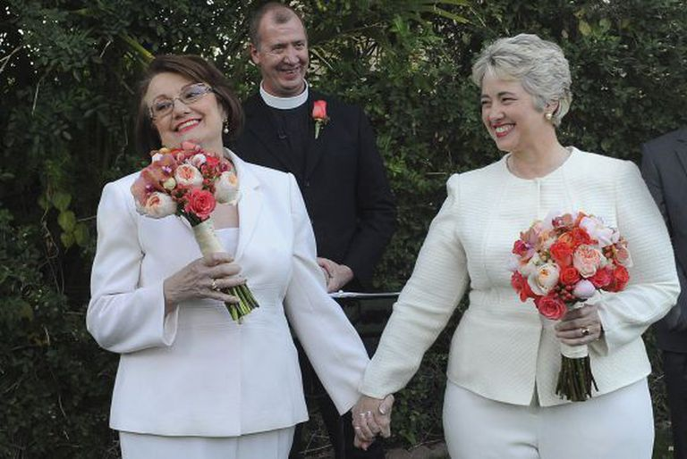 Annise Parker e sua companheira Kathy Hubbard durante o casamento / RICHARD HARTOG (REUTERS)
