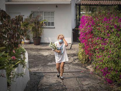 Moradora da localidade de Todoque recolhe alguns pertences da sua casa ao ser desalojada pela erupção do vulcão. Em vídeo, os moradores do Todoque fogem da lava.