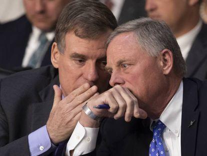 O democrata Mark Warner (à esquerda) e o republicano Richard Burr, respectivamente vice-presidente e presidente do Comitê de Inteligência do Senado, em 9 de maio.
