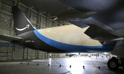 A fila do avião da Amazon, com o logotipo da empresa.