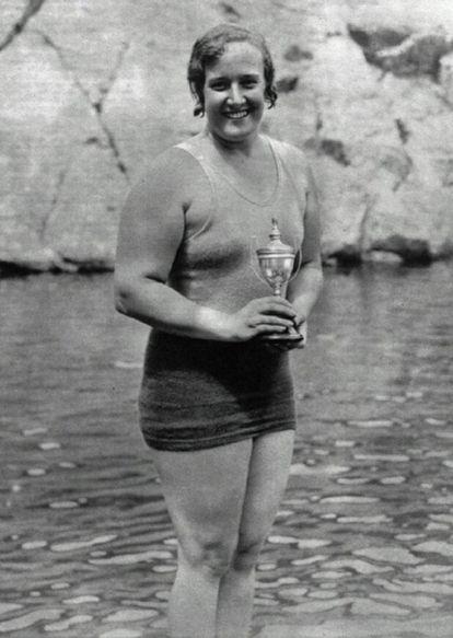 Clara Stauffer posa com um troféu de natação.