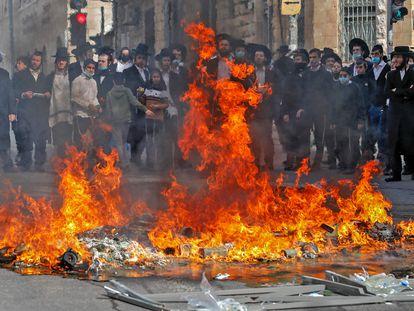 Protesto de ultraortodoxos contra o confinamento, na terça-feira, no bairro de Mea Shearim, em Jerusalém.