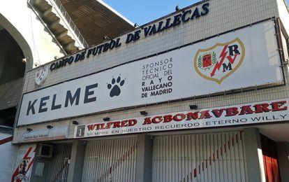 Entrada do estádio do Rayo homenageia o ex-goleiro nigeriano.