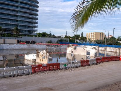 Fotografia da área onde estava o prédio residencial Champlain Towers, agora um terreno compactado.