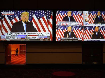 Monitores de TV mostram transmissão ao vivo do presidente Trump em discurso na Casa Branca