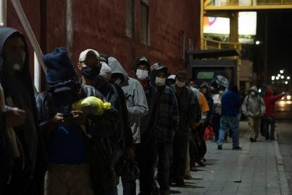 Nos arredores da paróquia, os imigrantes fazem fila para encontrar um lugar e passar a noite.