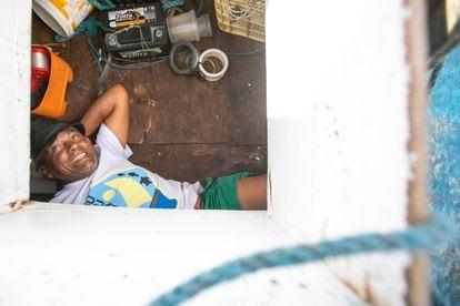Antônio Banqueiro deitado no compartimento de sua jangada.