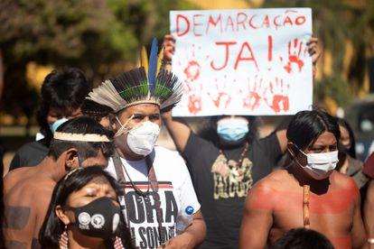 Indígenas protestam em frente ao Congresso, em Brasília, contra o PL 490, na última terça.