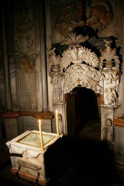 Interior da tumba de Jesus Cristo.