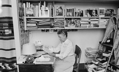 Simone de Beauvoir em seu apartamento em Paris em 1976.