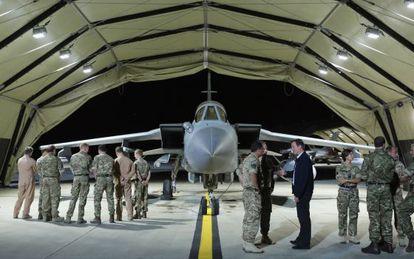 O primeiro-ministro britânico David Cameron visita uma base aérea no Chipre.