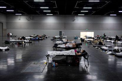 Refúgio montado em Portland (Oregon) para que os cidadãos possam descansar e se refrescar durante a onda de calor.
