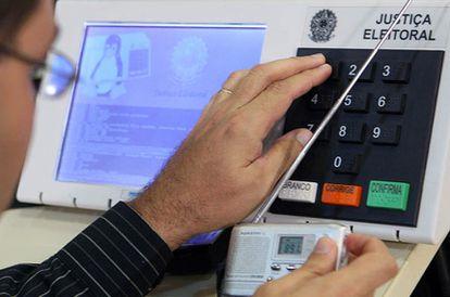 Teste de segurança: convidado pela Justiça Eleitoral, especialista em informática tenta burlar a urna eletrônica.