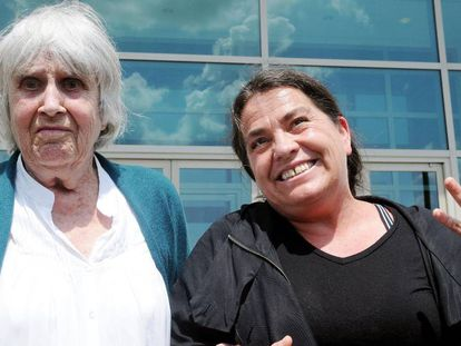 A viúva do cantor e compositor chileno Víctor Jara, Joan Jara, e sua filha Amanda comemoram a vitória judicial na Flórida.