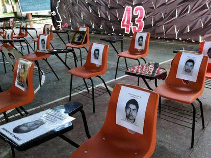 Retratos dos estudantes nas carteiras da escola de magistério rural de Ayotzinapa.