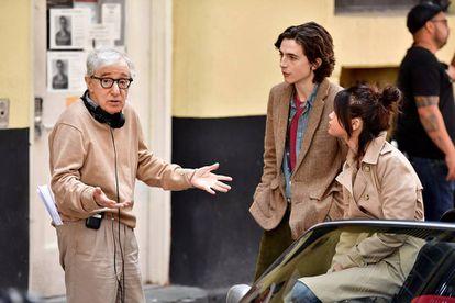 Woody Allen conversa com Timothée Chalamet e Selena Gomez em setembro passado, na filmagem de 'A Rainy Day in New York'.