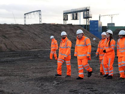 O primeiro-ministro do Reino Unido, Boris Johnson, visita obras ferroviárias em Birmingham.