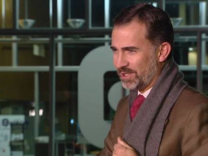 Dom Felipe de Borbón visitou ontem à noite o rei no Hospital Quirón, pouco antes de seguir para o aeroporto onde tinha previsto pegar um avião rumo ao Brasil. O voo foi cancelado por uma avaria