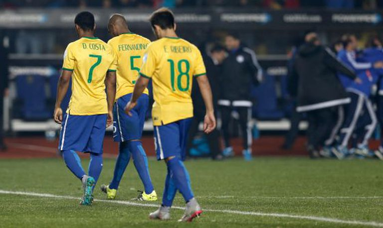 Jogadores brasileiros após a derrota para o Paraguai.