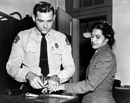 Rosa Parks é identificada por um policial depois de ter se recusado a ceder seu lugar em um ônibus a um passageiro de pele branca.