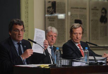 O secretário de direitos humanos argentino, Claudio Avruj, mostra o relatório.