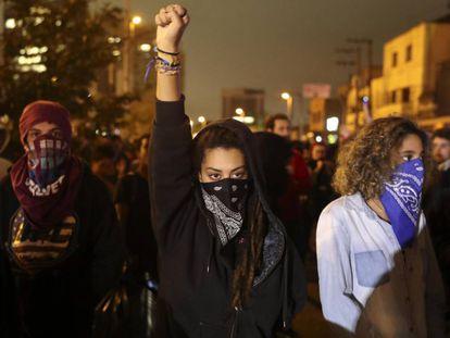 Jovens mascarados em protesto contra o Governo Temer.