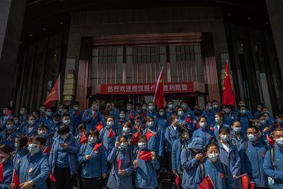 Trabalhadores de saúde chineses da província de Shandong participam de uma cerimônia antes de deixar Wuhan.