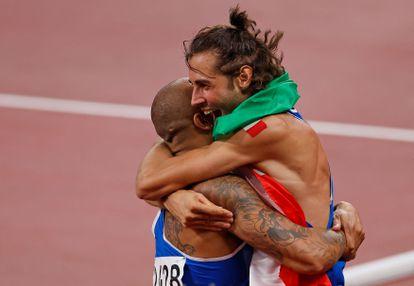 Jacobs abraça o outro medalhista de ouro italiano do dia, o saltador Gianmarco Tamberi, momentos depois de vencer a final dos 100m.