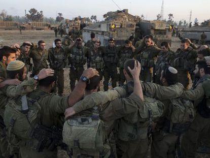 Soldados israelenses antes de entrar em Gaza.