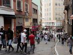Na rua 25 de Março, um polo de comércio no centro da cidade que também abastece o interior de São Paulo e até outros Estados, o dia foi movimentado. Na foto, a Ladeira Porto Geral.