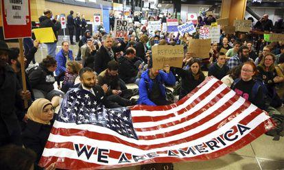 Protesto no aeroporto de Seattle neste sábado.