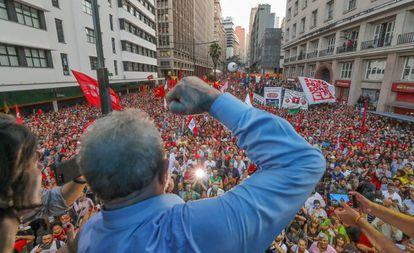 Lula discursa em Porto Alegre um dia antes de ser condenado em segunda instância por corrupção.