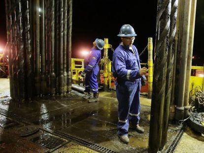 Operário perfura poço de petróleo na Venezuela.
