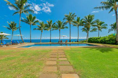 A piscina de água salgada, situada à sombra de várias palmeiras. Há mais de cem delas no terreno.