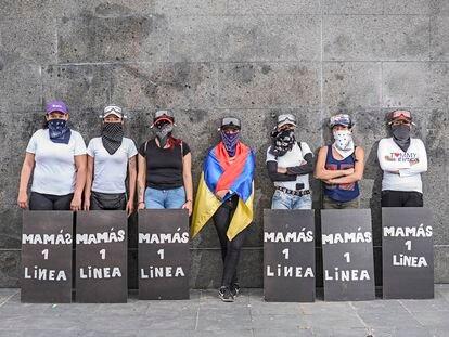 """Com lenços e placas, """"Mães da primeira linha"""" se concentram em Bogotá."""