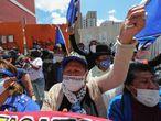 """AME2416. LA PAZ (BOLIVIA), 19/10/2020.- Seguidores del Movimiento al Socialismo (MAS) festejan el triunfo de su candidato Luis Arce afuera de la Casa de Campaña hoy, en La Paz (Bolivia). El MAS espera al cómputo oficial para celebrar una victoria de Arce que ve segura en las elecciones en Bolivia. La portavoz de este partido, Marianela Paco, pidió a sus seguidores paciencia antes de """"hacer una buena celebración"""". EFE/ Martin Alipaz"""
