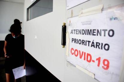 Uma paciente aguarda atendimento na porta do Hospital Municipal Tide Setúbal, na zona leste de São Paulo.