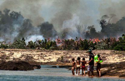 Queimada florestal junto ao rio Xingu (Pará), preparando terreno para a represa de Belo Monte.