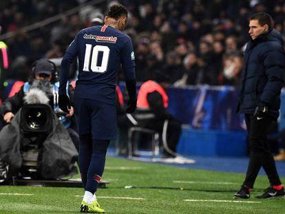 Neymar deixa o campo machucado.