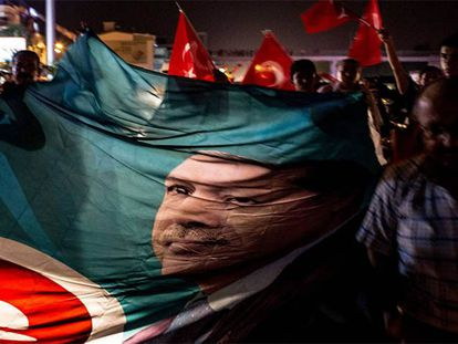 Pessoas nas ruas de Antalya, na Turquia, em apoio a Erdogan.