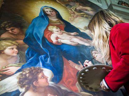 Restauradora trabalha na 'Madonna' da pintora Violante Beatrice Siries.