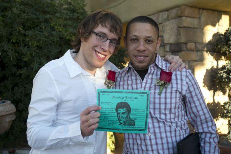 Jeffrey Lyon, à esquerda, e seu marido Alexander Ray, depois de se casarem na capela Viva Las Vegas, no sábado.