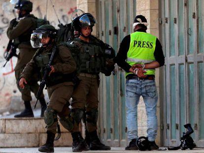 Tropas israelenses detêm um jornalista palestino, em janeiro de 2019, perto de Belém.