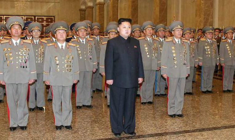 Kim Jong-uma visita o mausoléu de seu pai, nesta terça-feira.