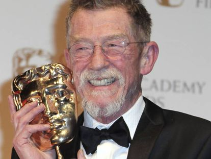 John Hurt, com o prêmio BAFTA, por sua contribuição ao cinema, em fevereiro de 2012.