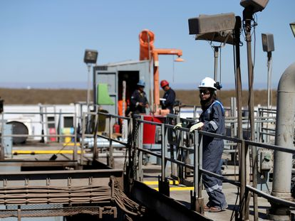 Vários operários de uma plataforma de extração de petróleo situada na jazida argentina de Vaca Muerta, no ano passado.