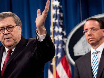 O promotor geral, William Barr, em primeiro plano, com o número dois do Departamento de Justiça, Rod Rosenstein, na quinta-feira em coletiva de imprensa.