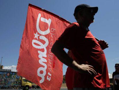 Homem com bandeira de Dilma Rousseff em Brasília.