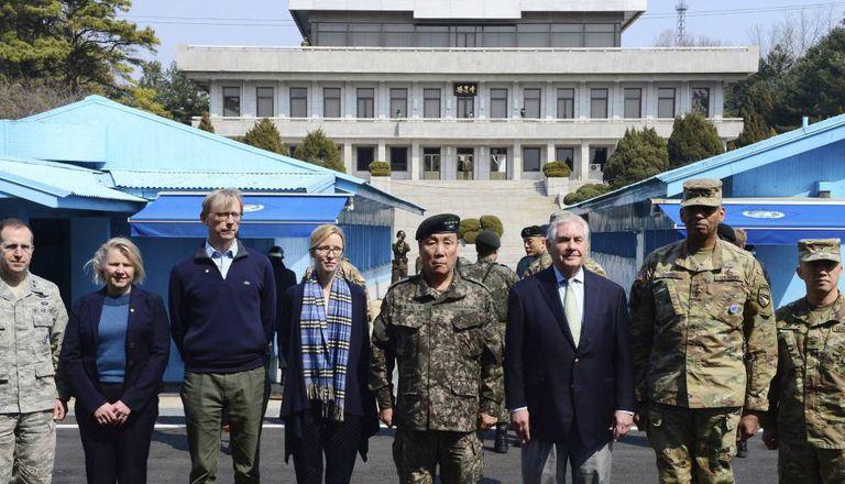 Tillerson posa na fronteira entre as duas Coreias com altos funcionários dos Estados Unidos e da Coreia do Sul.